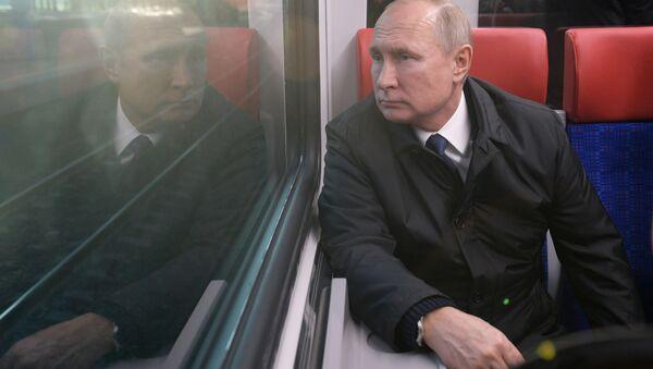 Владимир Путин во время поездки на Иволге по МЦД - Sputnik Azərbaycan