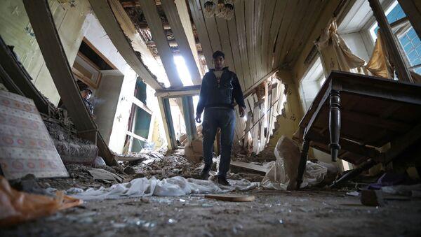 Последствия обстрелов в азербайджанском городе Гянджа - Sputnik Азербайджан
