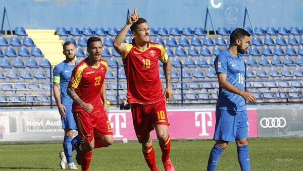 Нападающий сборной Черногории Стеван Йоветич (в центре) радуется голу - Sputnik Азербайджан