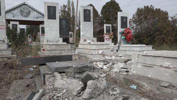 Снаряды добрались и до мертвых: кладбище в Тертере после бомбардировки  - Sputnik Азербайджан