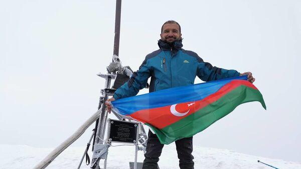 Восхождение на высочайшую вершину Азербайджана — Базардюзю в поддержку ВС Азербайджана - Sputnik Азербайджан
