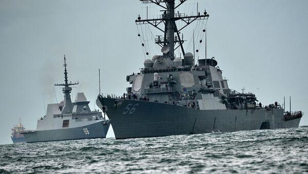 Эсминец ВМС США Джон Маккейн после столкновения с торговым судном, 21 августа 2017 - Sputnik Азербайджан