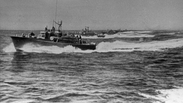 Торпедные катера, атакующие корейский порт Сейсин в Японском море - Sputnik Азербайджан