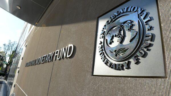 Табличка с логотипом Международного валютного фонда на стене здания МВФ - Sputnik Азербайджан