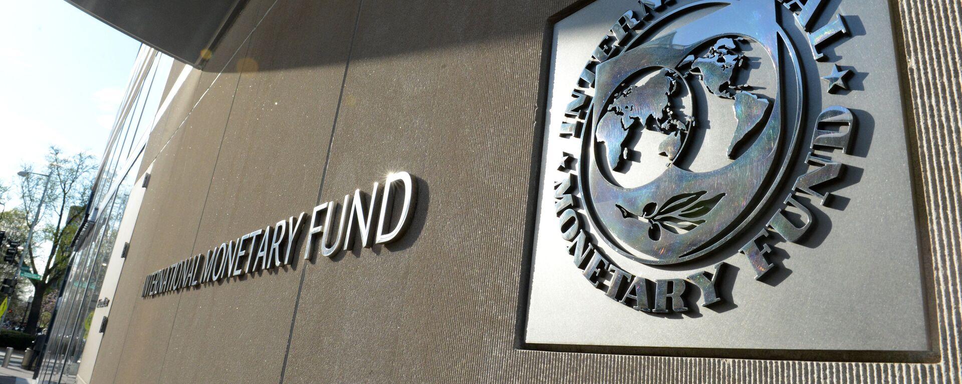 Табличка с логотипом Международного валютного фонда на стене здания МВФ - Sputnik Азербайджан, 1920, 20.10.2020