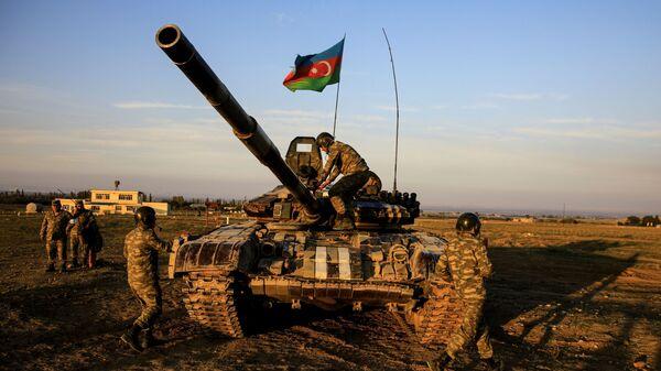 Tank üzərində Azərbaycan hərbçiləri, arxiv şəkli - Sputnik Azərbaycan