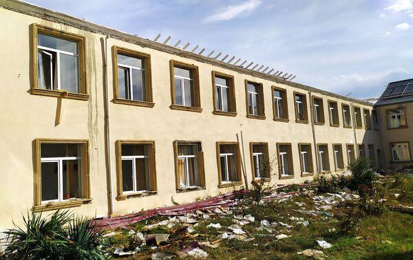 Последствия обстрелов в здании школы, расположенной в селе Гарадаглы Агдамского района - Sputnik Азербайджан