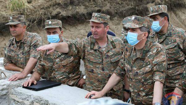 Начальник Генштаба ВС Армении Оник Гаспарян в сопровождении генерал-майора Джалала Арутюняна - Sputnik Азербайджан