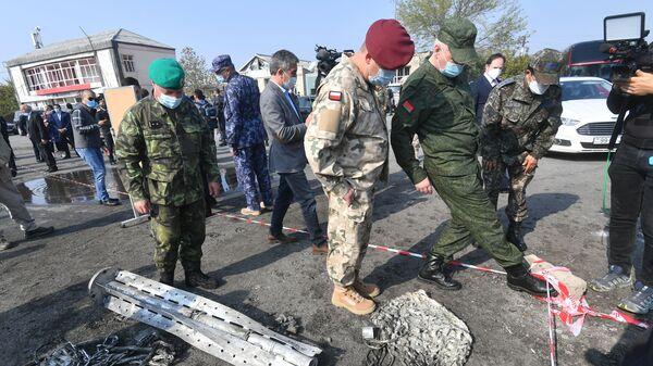 Военные атташе иностранных государств на месте ракетного удара в азербайджанском городе Барда, фото из архива - Sputnik Азербайджан