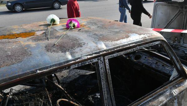 Цветы на автомобиле в азербайджанском городе Барда, сгоревшем в результате ракетного обстрела 28 октября 2020 года. - Sputnik Азербайджан