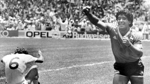 Диего Марадона празднует второй забитый гол в ворота Англии в четвертьфинальном матче чемпионата мира в Мехико, Мексика, 22 июня 1986 года - Sputnik Азербайджан