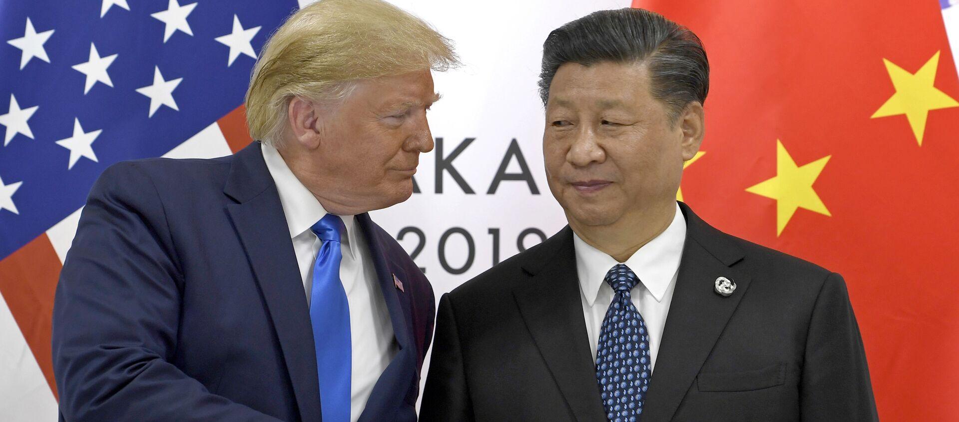 Президент США Дональд Трамп и глава КНР Си Цзиньпин на встрече в рамках саммита G20 в Осаке - Sputnik Азербайджан, 1920, 31.10.2020