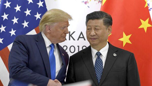 Президент США Дональд Трамп и глава КНР Си Цзиньпин на встрече в рамках саммита G20 в Осаке - Sputnik Азербайджан