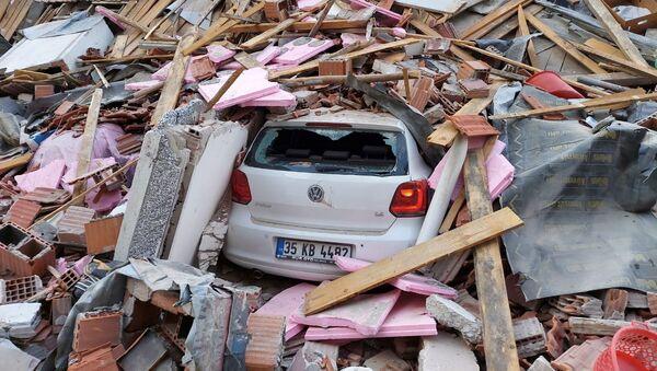 Автомобиль под завалинами рухнувшего в результате землетрясение в Измире - Sputnik Азербайджан