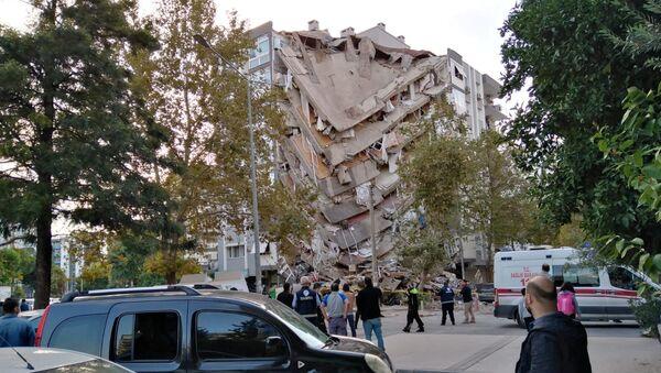 Эвакуация пострадавших во время обрушения здания в результате землетрясения, Измир, Турция - Sputnik Азербайджан