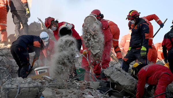 Спасатели ищут жертв под завалами в результате землетрясения в Измире, Турция - Sputnik Азербайджан