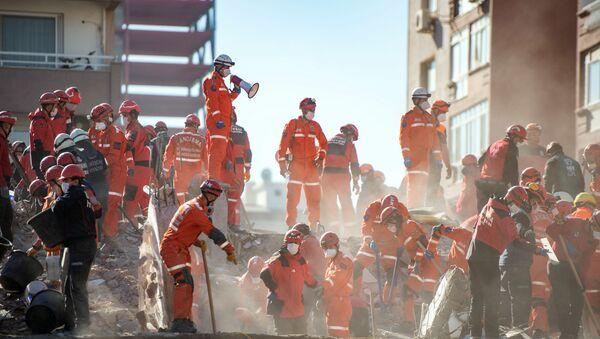 Спасатели на месте обрушившегося в результате землетрясения здания в Измире  - Sputnik Азербайджан