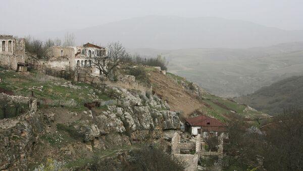 Разрушенные дома неподалеку от города Шуша, фото из архива - Sputnik Азербайджан