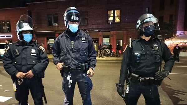 Сотрудники полиции на улице Нью-Йорка в ночь подсчета голосов на выборах президента США - Sputnik Азербайджан