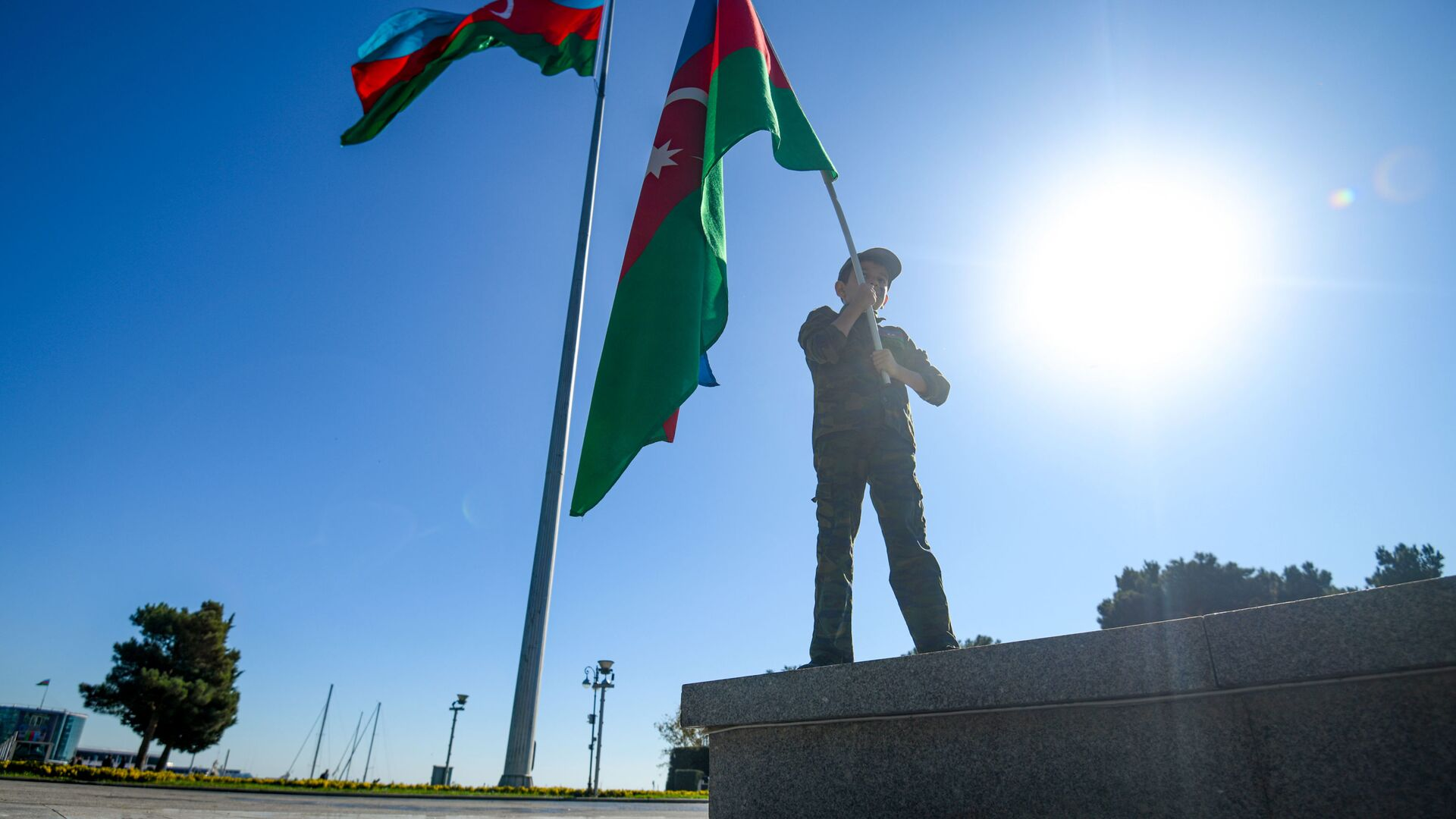 Акция на бакинском бульваре, приуроченная ко Дню Государственного флага - Sputnik Azərbaycan, 1920, 28.09.2021
