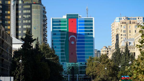 Флаг Азербайджана на одном из зданий в Баку, фото из архива - Sputnik Азербайджан