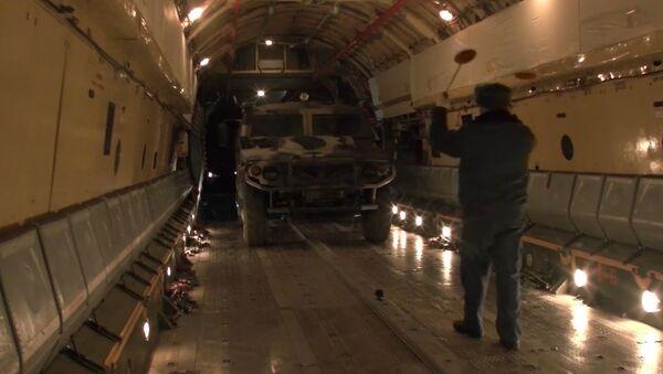 Погрузка военной техники и личного состава в Ил-76 на аэродроме Ульяновск-Восточный - Sputnik Азербайджан