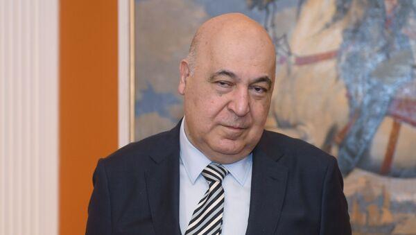 Азербайджанский писатель Чингиз Абдуллаев - Sputnik Азербайджан