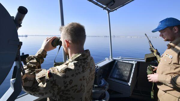 Немецкий солдат наблюдает в бинокль на борту корвета ВМС Германии - Sputnik Азербайджан