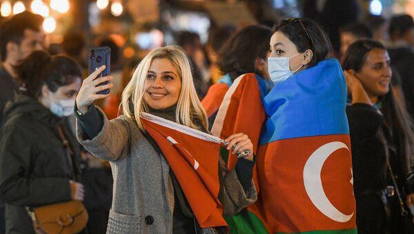 Жители Баку отмечают окончание войны в Нагорном Карабахе - Sputnik Азербайджан
