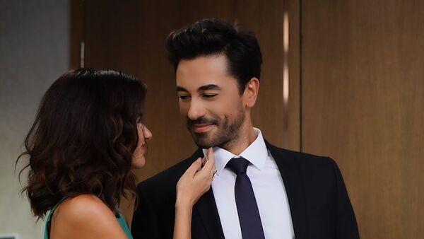 Азербайджанская актриса Несрин Джавадзаде встречается с известным турецким актером Гёкханом Алканом - Sputnik Азербайджан
