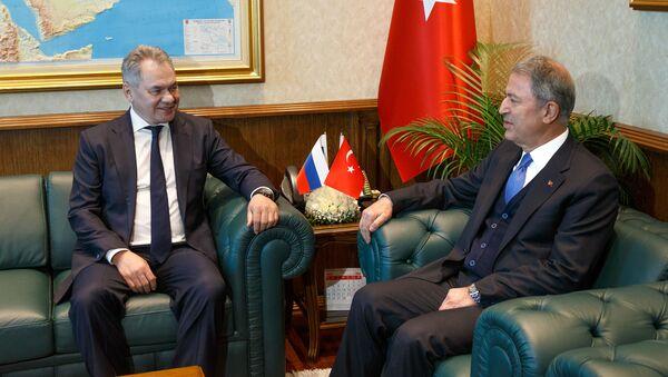 Министр обороны РФ Сергей Шойгу (слева) и министр обороны Турции Хулуси Акар во время встречи в Анкаре, фото из архива - Sputnik Азербайджан