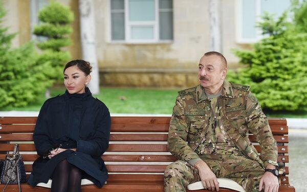 Президент Азербайджана Ильхам Алиев и Первая леди Мехрибан Алиева встретились с военнослужащими, проходящими лечение в Клиническом медцентре №1 - Sputnik Азербайджан