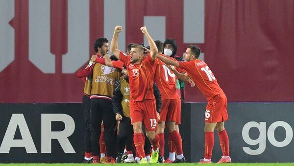 Футболисты сборной Северной Македонии радуются забитому мячу - Sputnik Azərbaycan