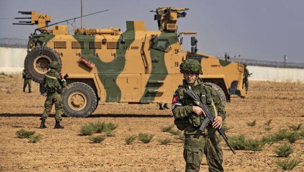 Русский солдат рядом с турецкой военной технике в Идлибе - Sputnik Азербайджан