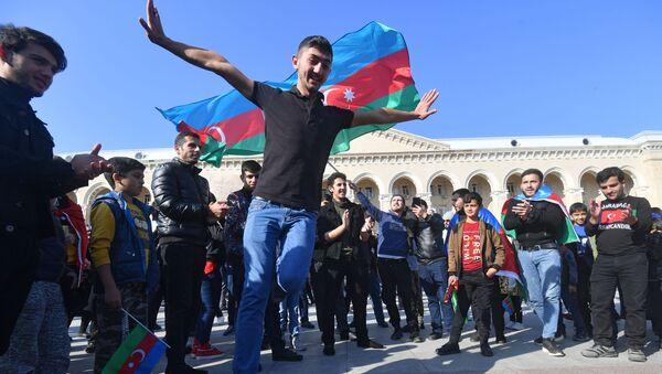 Люди радуются прекращению огня в Нагорном Карабахе - Sputnik Azərbaycan