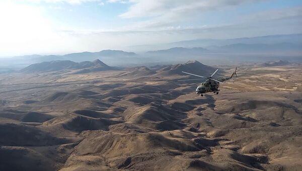 Прикрытие и сопровождение колонн миротворцев ВС РФ вертолетами армейской авиации - Sputnik Азербайджан