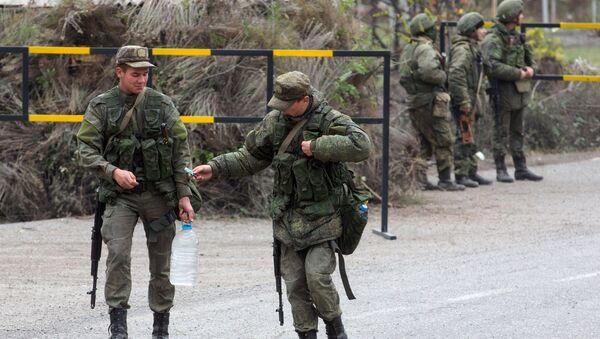 Российские военнослужащие из состава миротворческих сил патрулируют город Лачин, фото из архива - Sputnik Azərbaycan