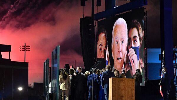 Джо Байден на большом экране в Уилмингтоне, США - Sputnik Azərbaycan