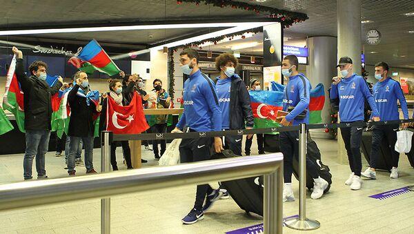 Azarkeşlər millimizi qarşılayıb - Sputnik Азербайджан