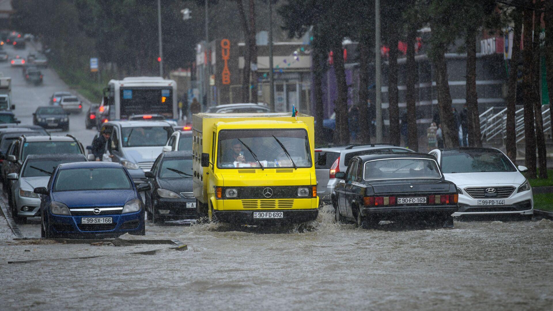 Bakıda yağışdan sonra su basmış yol, arxiv şəkli - Sputnik Azərbaycan, 1920, 28.09.2021