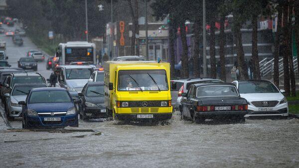 Bakıda yağışdan sonra su basmış yol, arxiv şəkli - Sputnik Azərbaycan