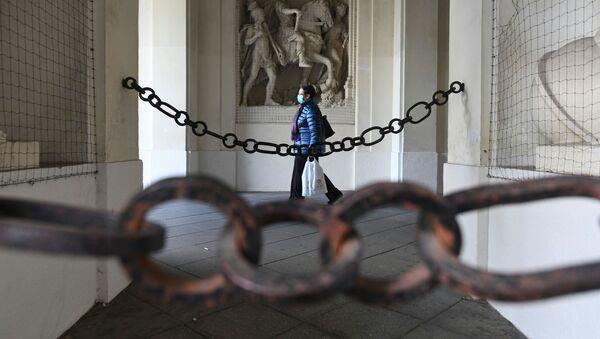 Женщина в маске идет по городу во время локдауна, объявленного правительством в связи с коронавирусом, в Вене, Австрия - Sputnik Azərbaycan