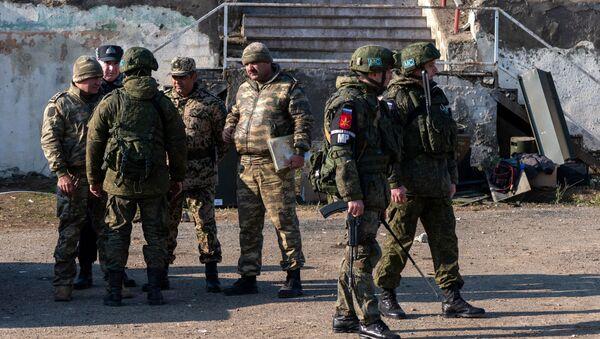 Военнослужащие азербайджанской армии с российскими миротворцами в Лачинском коридоре, фото из архива - Sputnik Азербайджан