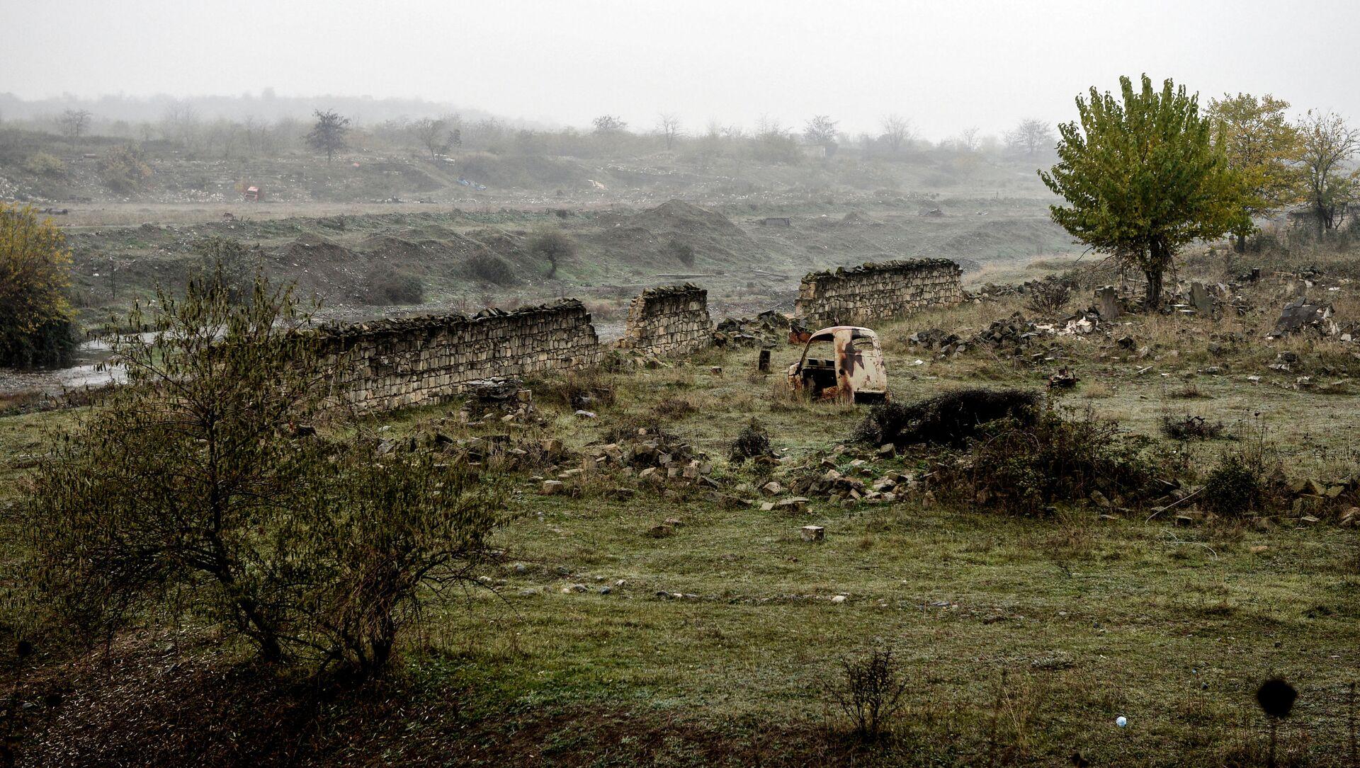 Разрушенный забор на окраине города Физули - Sputnik Азербайджан, 1920, 03.03.2021