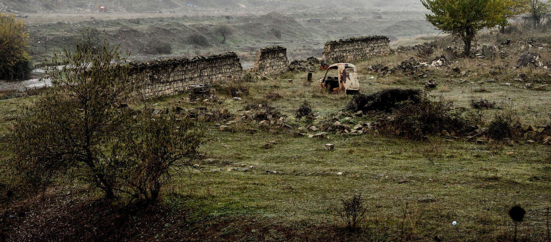Разрушенный забор на окраине города Физули - Sputnik Азербайджан, 1920, 24.02.2021