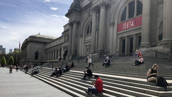 Люди сидят у входа в музей Метрополитен в Нью-Йорке, фото из архива - Sputnik Азербайджан