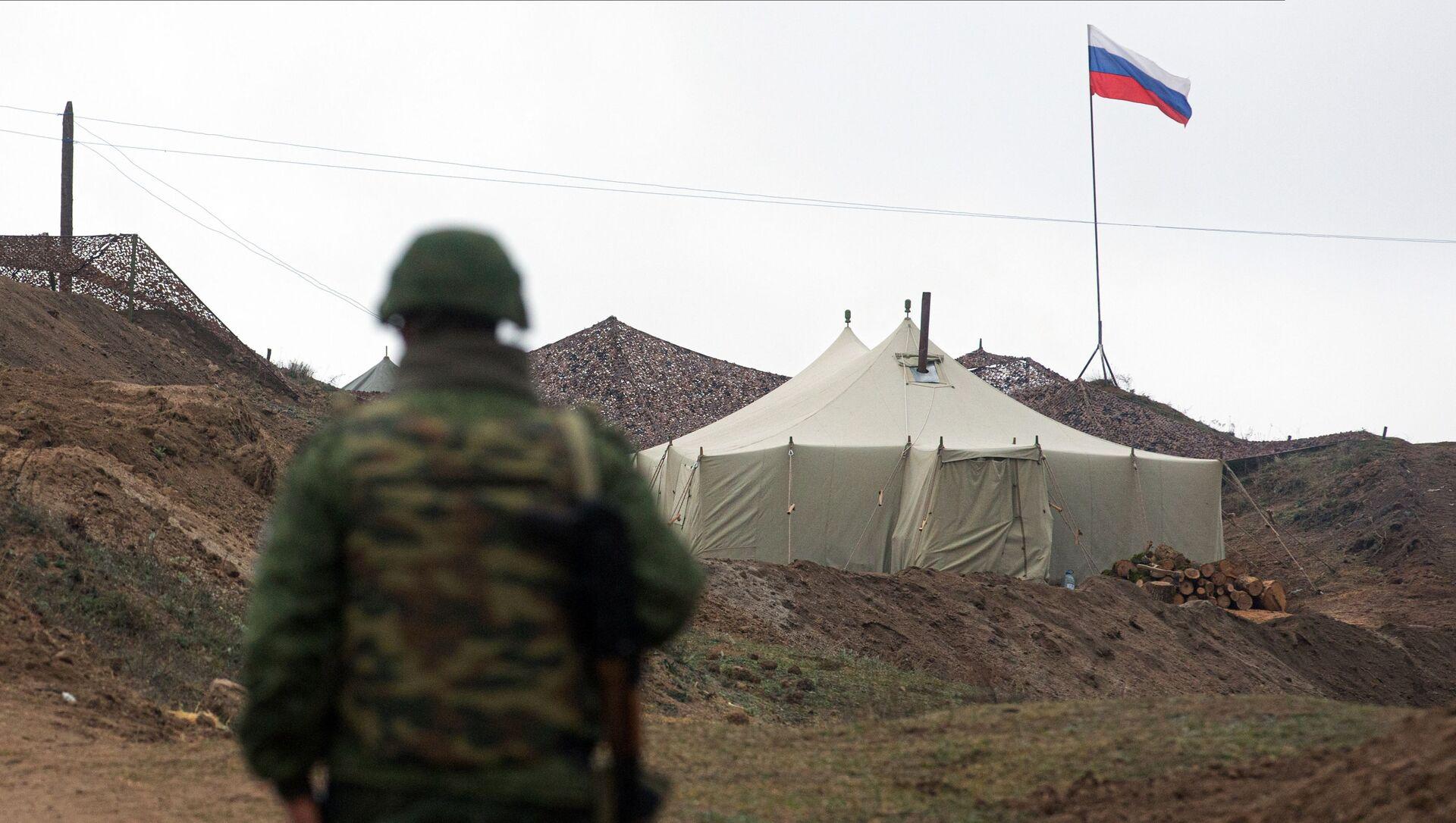 Военнослужащий на КПП у входа на базу российских миротворцев в Нагорном Карабах, фото из архива - Sputnik Azərbaycan, 1920, 05.09.2021