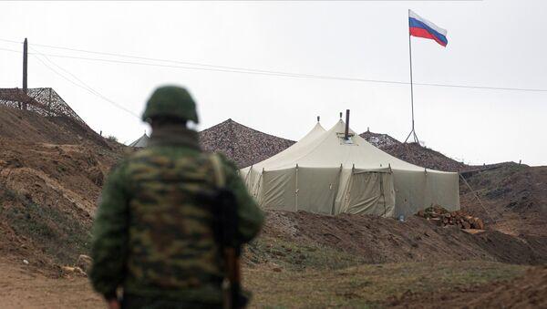 Военнослужащий на КПП у входа на базу российских миротворцев в Нагорном Карабах, фото из архива - Sputnik Азербайджан