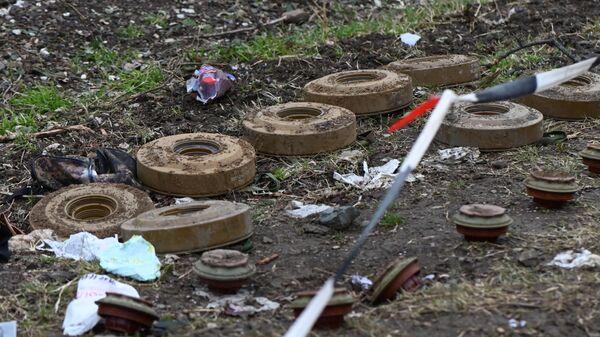 Обезвреженные противотанковые мины на дороге в Нагорном Карабахе, фото из архива - Sputnik Азербайджан