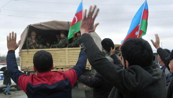 Люди встречают подразделения азербайджанской армии в Агдамском районе. Административно Агдамский район входит в состав Азербайджана. - Sputnik Азербайджан